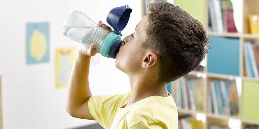 Napít se z lahve zvládne dítě i jednou rukou