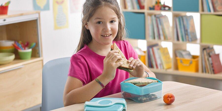 Dvoupatrový svačinový box oddělí jednotlivá jídla od sebe